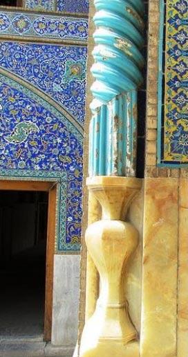 تصویر یکی از طره های مسجد شیخ لطف الله اصفهان که در گلدان مرمری انتهایی قرار گرفته است